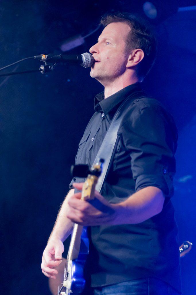Manfred Philippich spielt E-Gitarre und singt